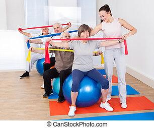 trener, senior, pomagając, sala gimnastyczna, ludzie