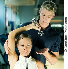 trener, w sali gimnastycznej