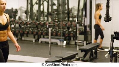 trening, kobieta, sporty, lina, sala gimnastyczna, maszyna, mięśnie, ciągnący, mięsień trójgłowy