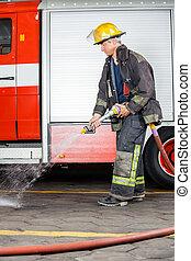 trening, podłoga, firefighter, woda, rozpylający, podczas
