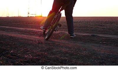 trening, rower, pracujący, zarośla, time., zachód słońca, początkowy, na zewnątrz., człowiek