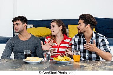tres, adultos jóvenes, en, discusión