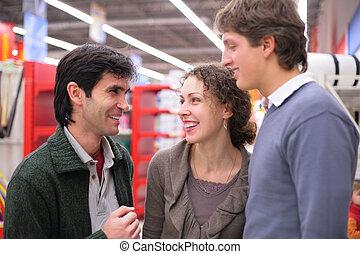 tres amigos, charla, en, tienda