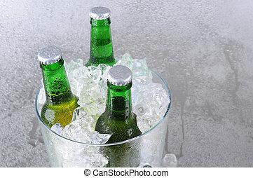 tres, botellas de cerveza, en, cubo hielo