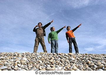 tres, casual, hombres jóvenes, en la playa