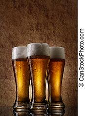 tres, cerveza, en, vidrio, en, un, viejo, piedra