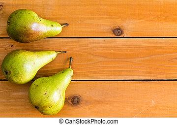 tres, crudo, verde, peras, en, tabla, tabla de madera