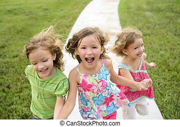 tres, hermana, niñas, juego, corriente, en, el, parque