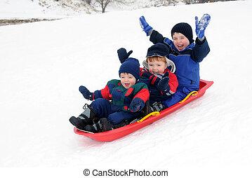 tres, juntos, niños jóvenes, cuesta abajo, el sledding