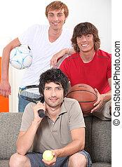 tres, macho, amigos, con, vario, equipo deportivo