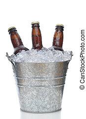 tres, marrón, botellas de cerveza, en, cubo hielo