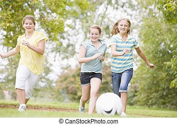tres, niña joven, futbol, amigos, juego