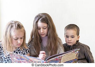 tres, niños, tener diversión, lectura, un, book., dos, hermanas, y, un, brother., luz, fondo., europeo, apariencia