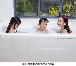 tres, niños, tener un baño