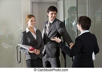 tres, oficinistas, charlar, en, puerta, de, sala juntas
