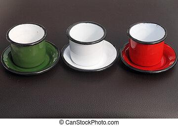 tres, pequeño, tazas, en, colores, de, italia, :, verde y blanco, y, rojo