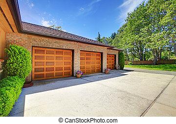tres, puertas del garage, con, lujo, madera