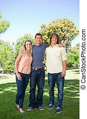 tres, sonriente, estudiantes, posición