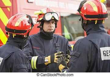 tres, trabajadores de rescate, hablar, por, vehículo del...