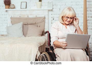 trevlig, handikappad, åldrig, kvinna använda laptop