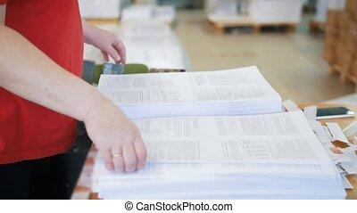tri, met, journaux, ouvrier, typographie, femelle transmet, piles