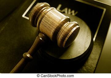 tribunal, martillo, y, libro de derecho, primer plano, desde arriba