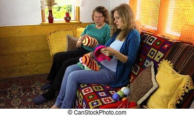 tricoté, chapeau, tas, femmes
