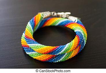 tricotado, colar, de, contas, de, um, cores arco-íris