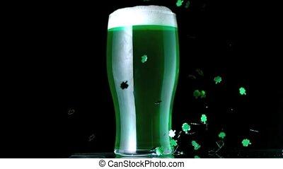 trifoglio, coriandoli, accanto a, uno, pinta, di, birra verde