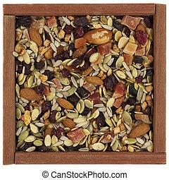 tril, miscelare, con, noci, bacche, e, semi, in, uno, scatola legno