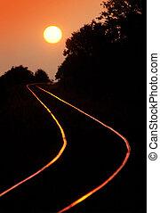trilhas estrada ferro, em, pôr do sol