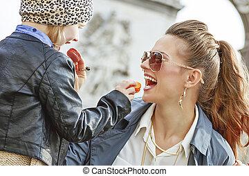 triomphe, filha, de, macaroons, arco, mãe, comer