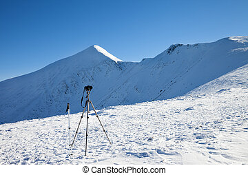 tripé, para, fotografia, com, câmera, pólos esqui, ligado, neve, e, neve-tampado, montanhas