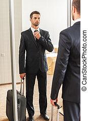 trip., debout, sien, salle, business, ajustement, hôtel, jeune, formalwear, confiant, quoique, contre, miroir, prêt, cravate, homme