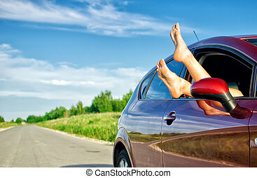 trip., divertido, concepto, coche, mujer, despreocupado, ventana., piernas afuera
