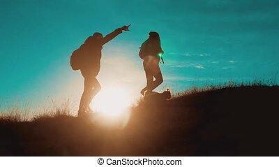trip., montagnes, silhouette, success., randonnée, chien, marche., voyage, hommes, surmonter, deux, randonneurs, difficultés, collaboration, aventure, aller, style de vie, sacs dos, touristes, coucher soleil, victoire