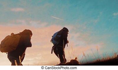trip., montagnes, silhouette, touristes, randonnée, marche., randonneurs, hommes, deux, chien, coucher soleil, aventure, aller, style de vie, sacs dos, voyage