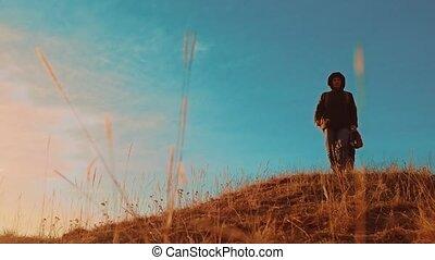 trip., montagnes, style de vie, touristes, randonnée, marche., randonneurs, hommes, deux, chien, teamwork., coucher soleil, aventure, aller, silhouette, sacs dos, voyage