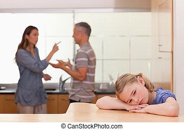trist, liten flicka, lyssnande, henne, föräldrar, ha, en,...