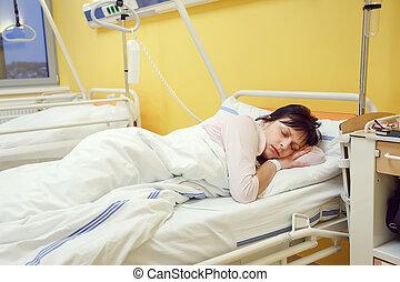 trist, medelålderst, kvinna, lögnaktig, in, sjukhus