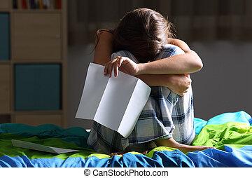 triste, adolescente, após, lendo uma letra