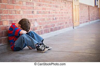 triste, alumno, sentado, solamente, en, pasillo