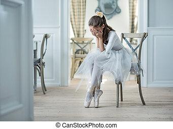 triste, bailarino balé, chorando, em, um, capote, sala