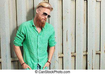 triste, baixo, homem, longo, olhar, barba