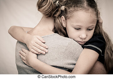 triste, figlia, abbracciare, suo, madre
