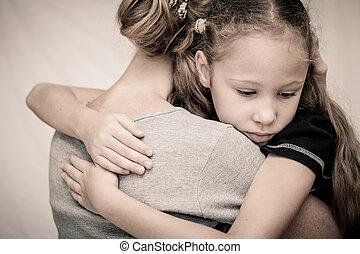 triste, filha, abraçando, seu, mãe