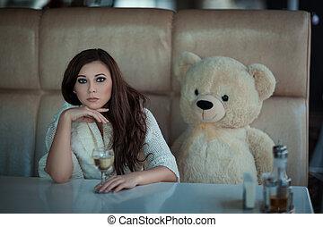 triste, girl, table, à, a, jouet, bear.