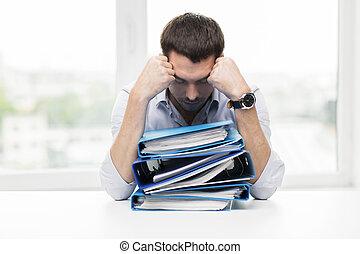 triste, hombre de negocios, con, montón carpetas, en, oficina
