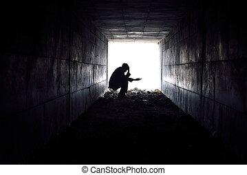 triste, hombre, túnel, sentado