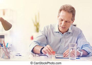 triste, homem doente, fazendo exame pills, em, escritório
